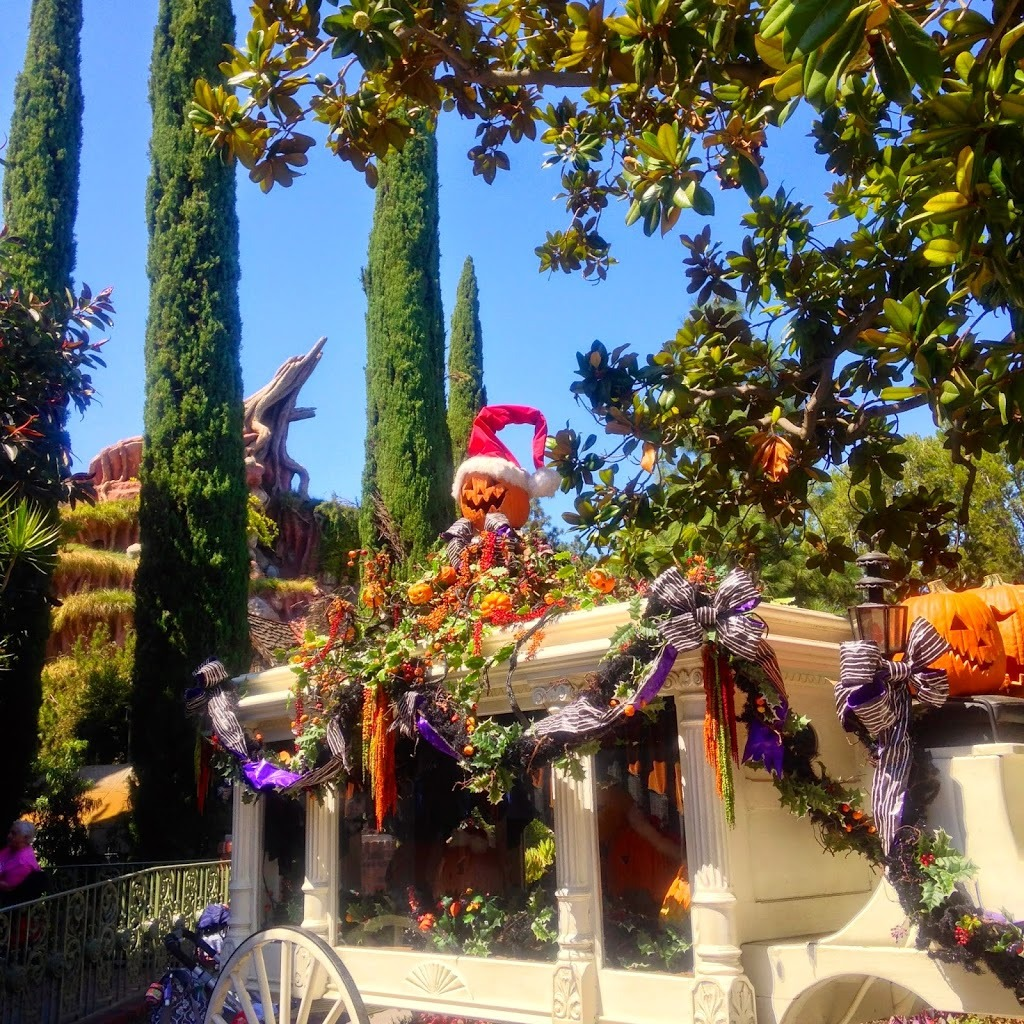 Halloween decorated mansion - Haunted Mansion Decorated For Halloween For Disneyland Halloween Time