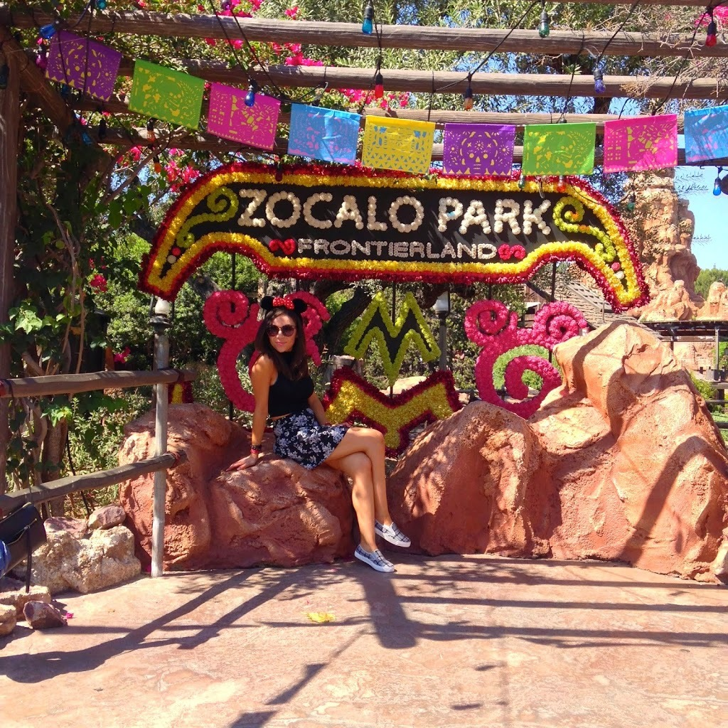 Blogger Nihan posing in Zocalo park in Frontierland Disneyland during Halloween Time