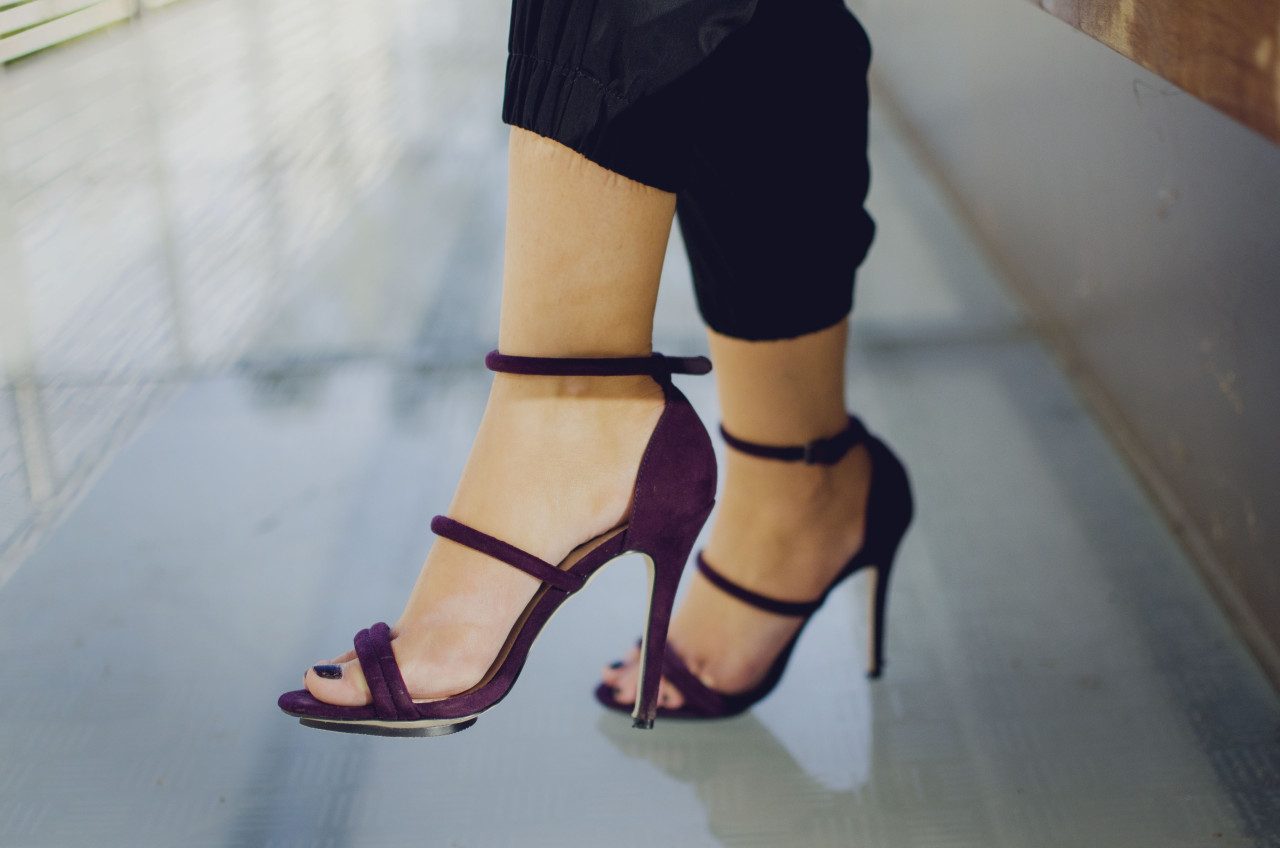 Blogger Nihan's festive, chic and sexy maroon color high heel shoes