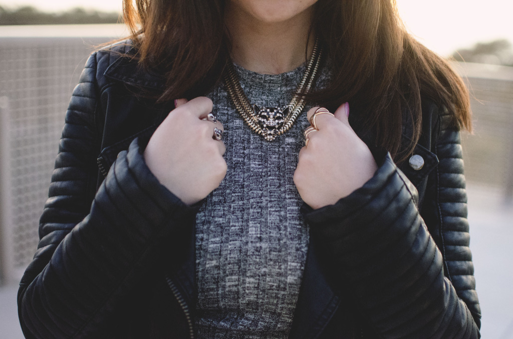 Blogger Nihan showing her rings and tiger necklace
