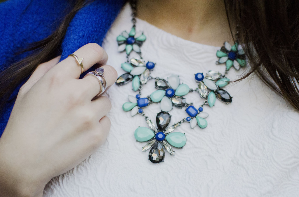 Statement necklace and three shaped rings