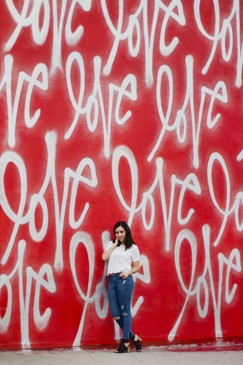 Love wall in los angeles blogger nihan wearing topshop ripped jeans white crochet top